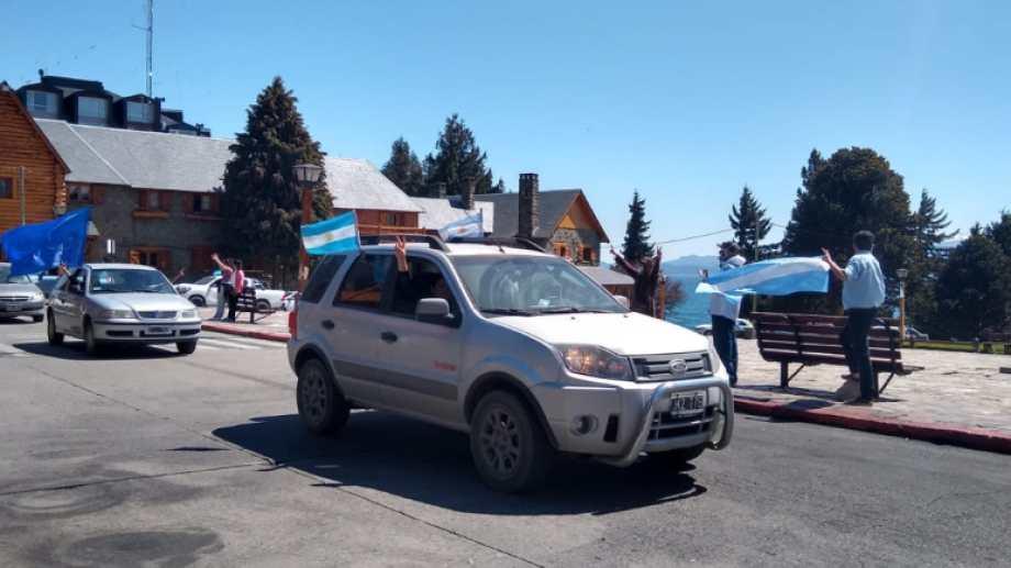 Las caravanas por el Día de la lealtad en Bariloche pasaron por el Centro Cívico.