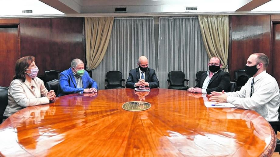 La gobernadora -con el ministro Vaisberg- reunida con Guzmán y sus secretarios de Economía. Foto: gentileza.