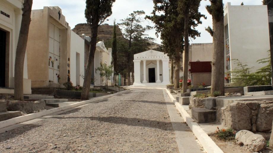 El municipio autorizó la apertura del cementerio el domingo.