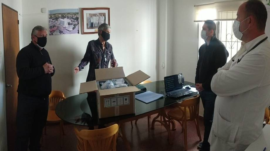 Integrantes de la Fundación Fénix entregar equipos médicos a la Clínica Central. (Foto gentileza)