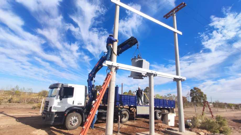 La distribuidora realiza mejoras en el servicio eléctrico.