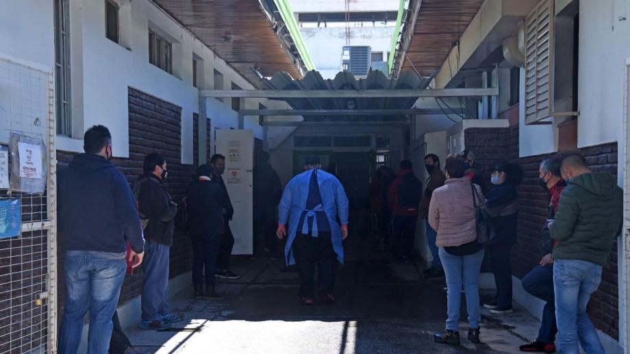 Solo la guardia de los consultorios ubicados sobre calle Fernández Oro reciben alrededor de 100 consultas por día.  (foto: Florencia Salto)