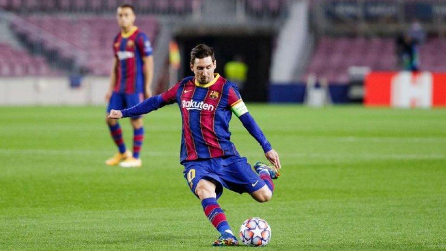 A Messi le hicieron la falta y el capitán puso al frente al Barcelona, que gana desde los 26' en el Camp Nou.