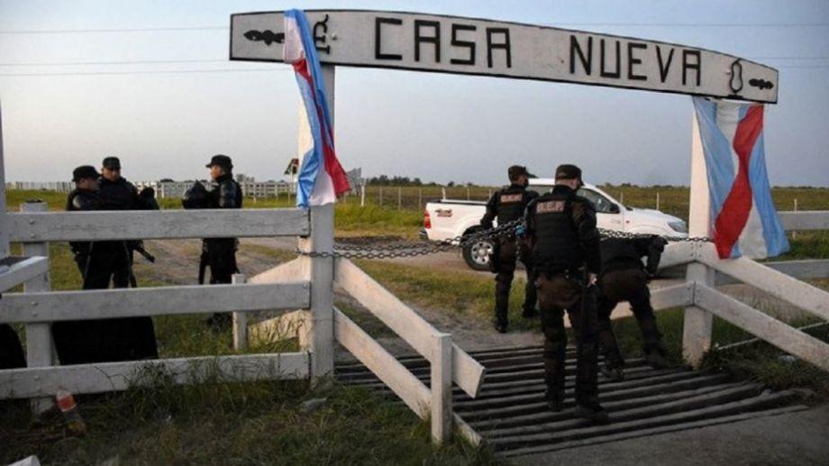 Personal policial guarda el ingreso al campo, para evitar que haya mayores movimientos en la propiedad.-
