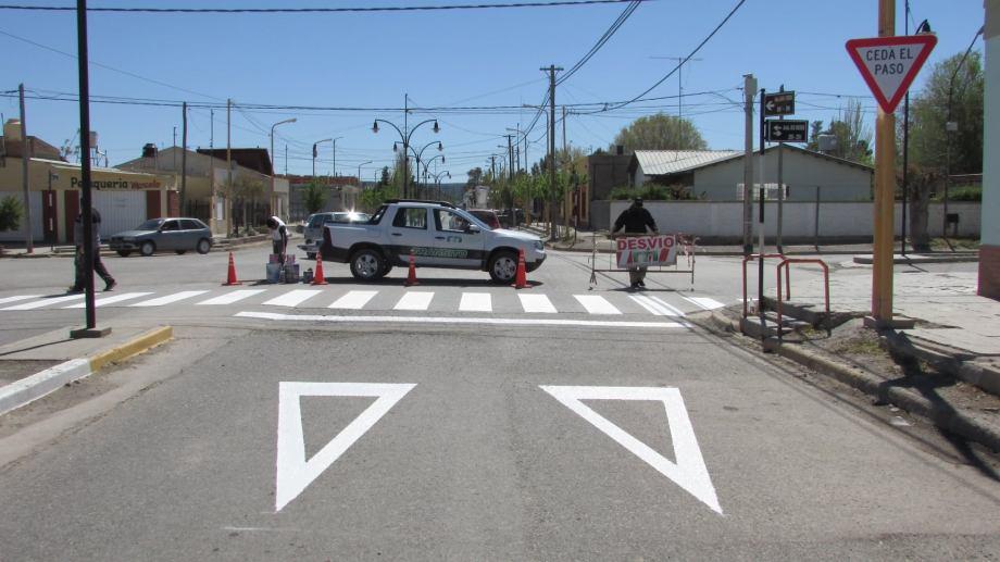 Municipio realizó el pintado de sendas peatonales en la esquina de Río Negro y Perón. (Foto Gentileza)