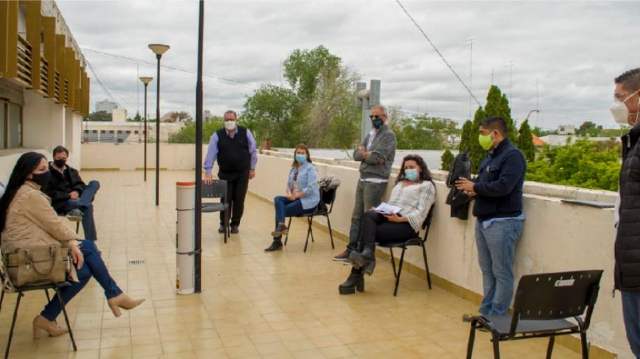 La reunión entre directivos de hospitales y funcionarios se realizó el terraza del municipio reginense. (Foto gentileza)