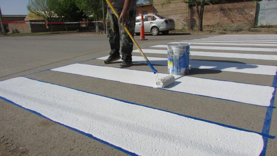 Se realizó el pintado de sendas peatonales frente al hospital Carlos Ratti. (Foto gentileza)