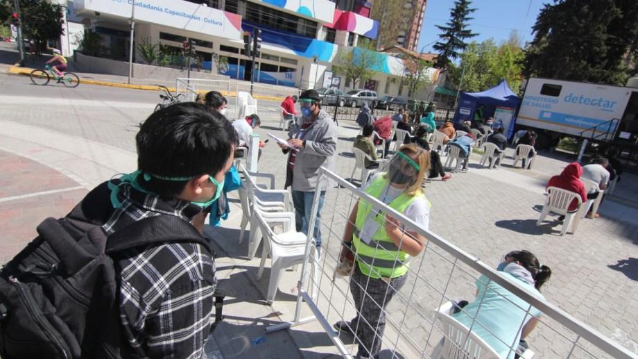 Todos los días, el trailer del operativo Detectar instalado en el monumento a San Martín luce con gran cantidad de gente a la espera de realizarse el hisopado. (Foto: Oscar Livera)