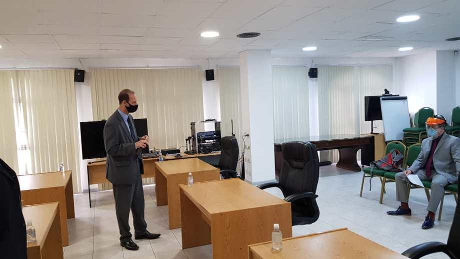 Terán, a la derecha, y el secretario del jury, Andrés Triemstra, en la previa del sorteo. (Gentileza)
