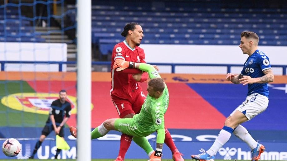 El momento de la lesión de Van Dijk por la patada de Pickford. Everton y Liverpool igualaron 2 a 2.