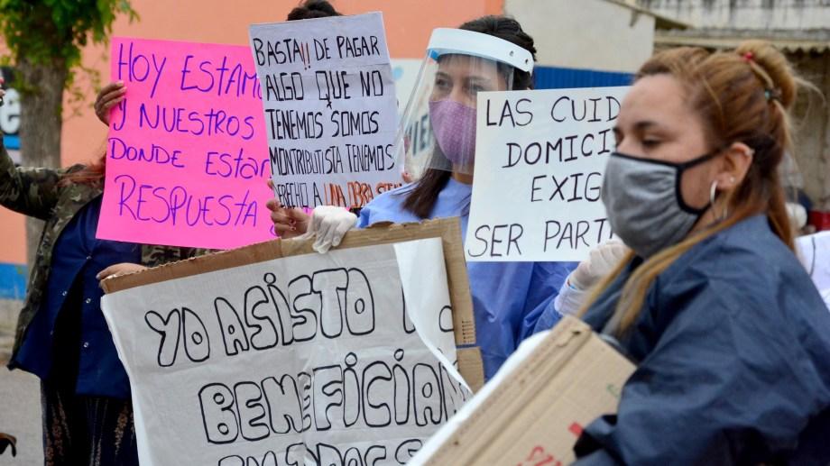 Los acompañantes terapéuticos esperan una respuesta urgente de la Provincia. Foto : Marcelo Ochoa