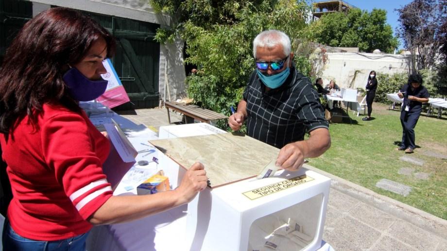 La elección en Neuquén, en el consulado chileno, estuvo marcada por el cumplimiento de los protocolos sanitarios. Foto:  Oscar Livera