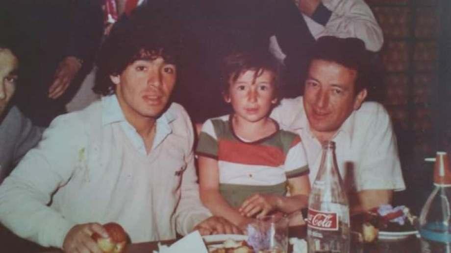 """""""Les dejo una foto de mi papá, mi hermano y Diego. Año 82 cuando vino a Roca"""", compartió Martín Bou Abdo."""