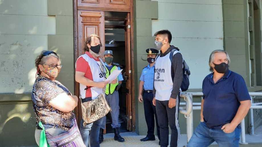 Guagliardo y su comitiva querían ingresar como siempre, pero un funcionario no se los permitía. (Gentileza).-