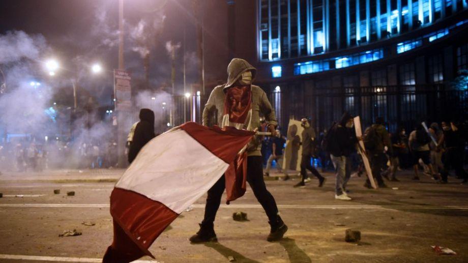 Perú: Las protestas contra la destitución de Vizcarra tuvieron anoche las dos primeras víctimas. Foto: Ernesto Benavides para AFP.-
