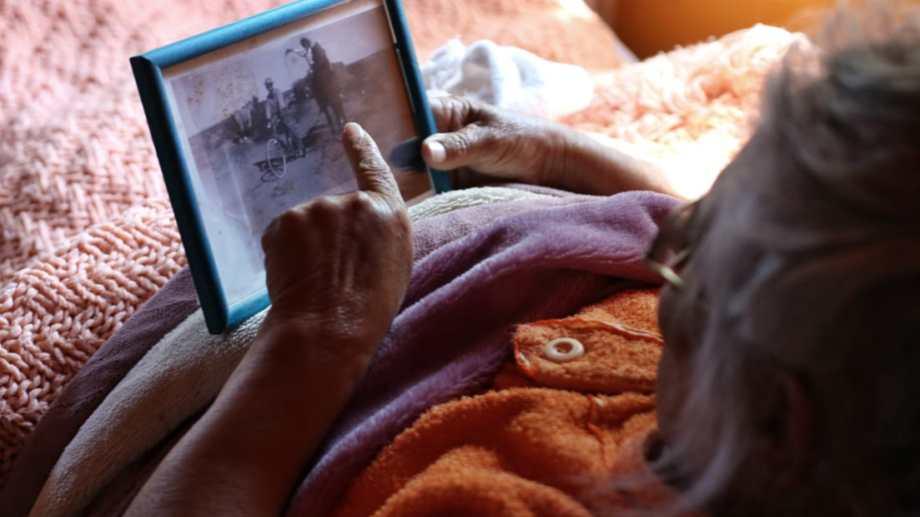Natividad repasó su vida mirando antiguas fotos en la entrevista con Río Negro. Foto: Martín Brunella.