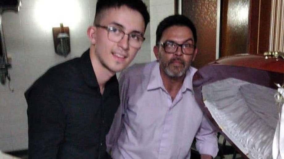 Fueron tres los empleados de la funeraria que se sacaron fotos con Maradona. (Gentileza)