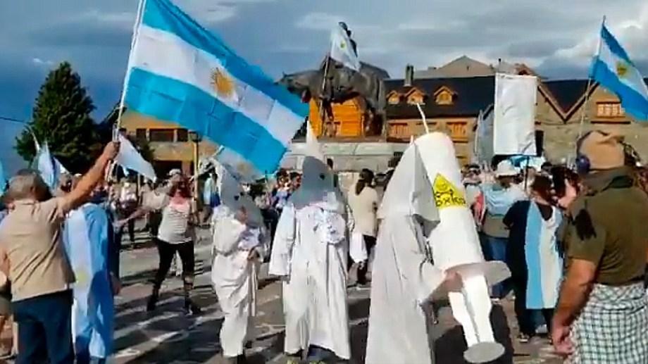 Tres personas escenificaron al Ku Klux Klan en Bariloche el domingo en una manifestación.