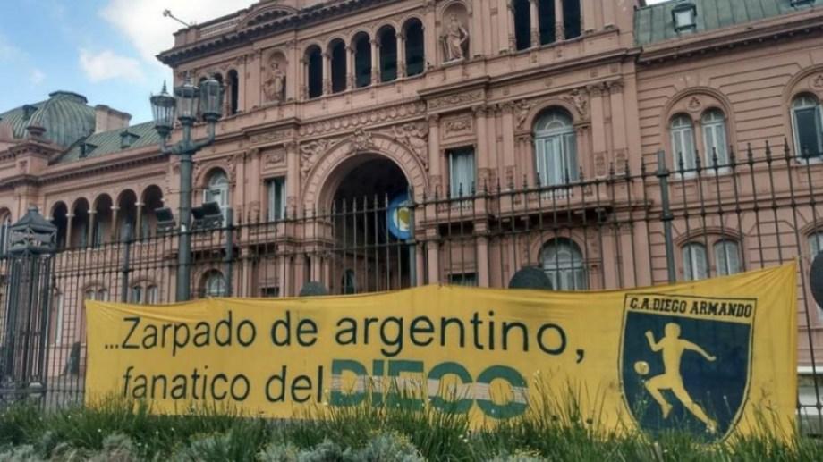 Los miembros del Club Atlético Diego Armando dijeron presente en el velatorio en Casa Rosada. (Foto: Télam)