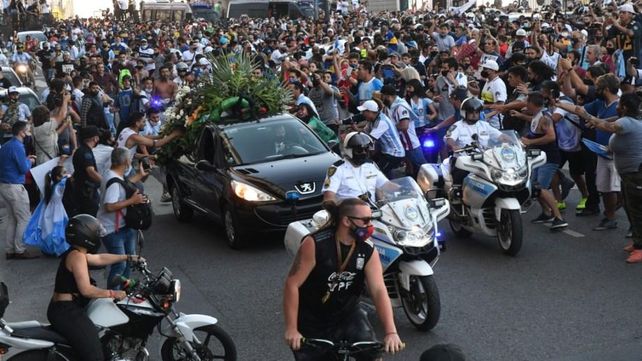 Miles de personas quisieron estar cerca del coche fúnebre que llevaba a Diego al cementerio.