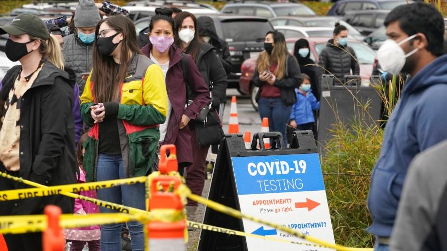 Mucha gente hace fila para ser testeada en Seattle. (AP Photo/Elaine Thompson)