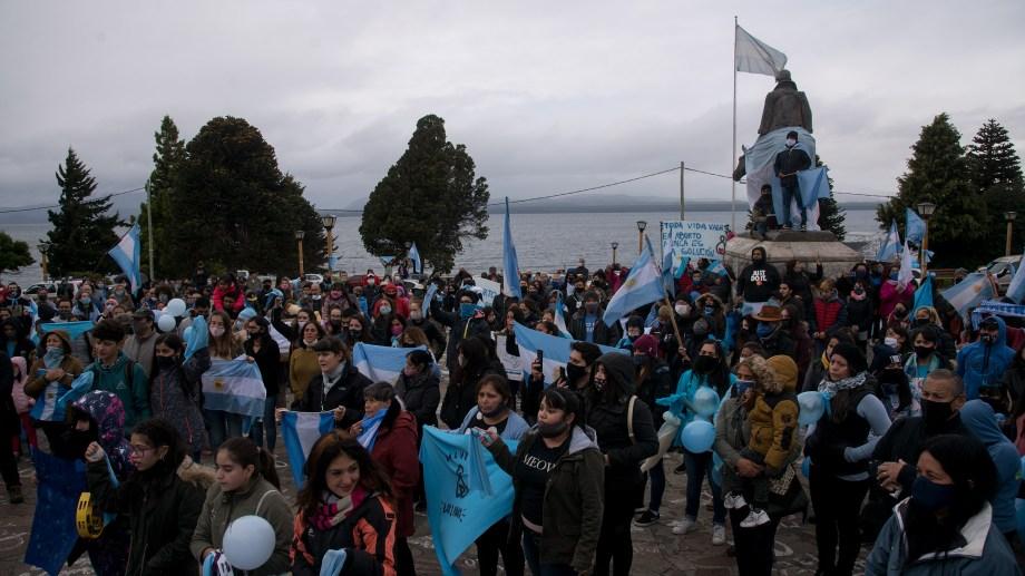 Cientos de personas se congregaron en el Centro Cívico de Bariloche a favor de las dos vidas y para rechazar el aborto. (Foto: Marcelo Martínez)
