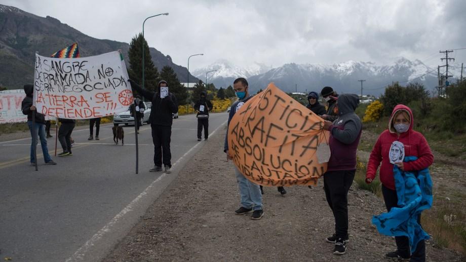 Manifestantes reclamaron esta tarde de miércoles justicia en Bariloche, a  3 años del homicidio de Rafael Nahuel. (Foto: Marcelo Martínez)