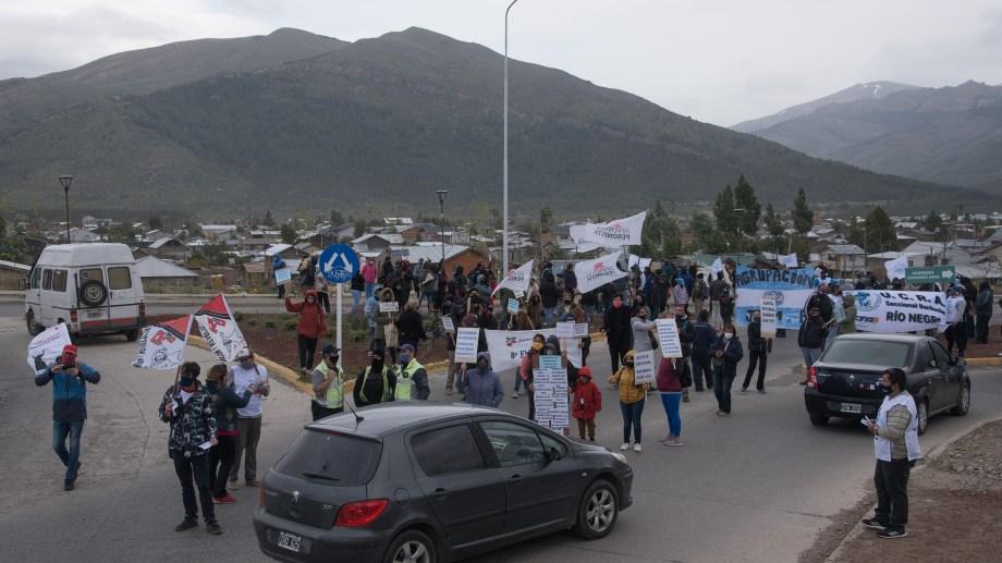 Cientos de usuarios del transporte publico  reclamaron esta tarde de viernes en el Alto de Bariloche y en otros puntos de la ciudad. (Foto: Marcelo Martínez)