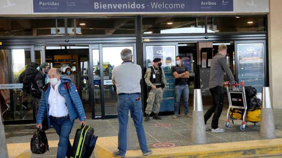 Los vuelos llegan a Bariloche aunque por ahora solo viajan esenciales. Los turistas solo pueden ser de Río Negro. Foto: Alfredo Leiva