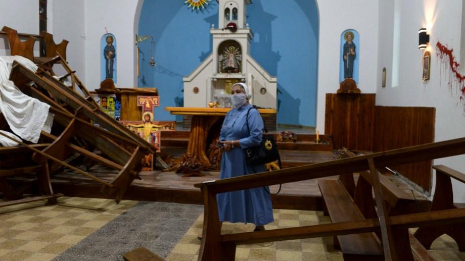 La hermana Deolinda y el altar con destrozos (Foto: Chino Leiva)