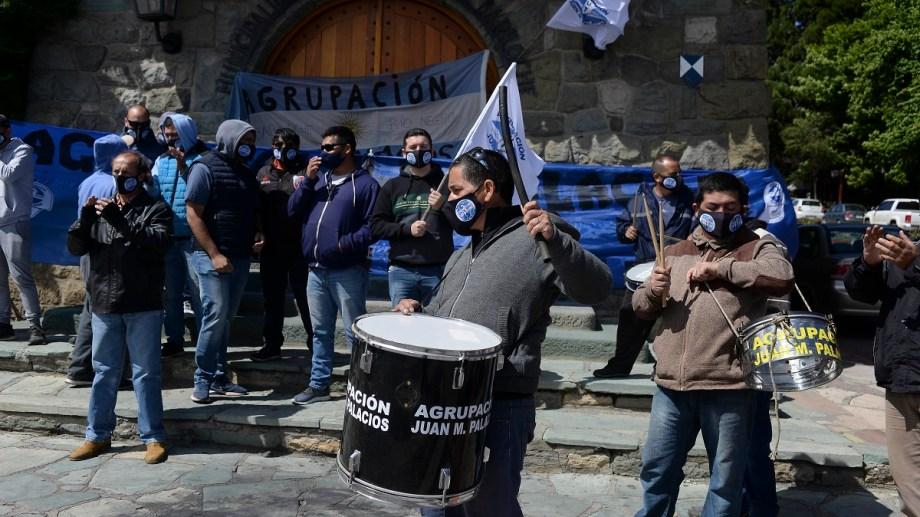 Un grupo de trabajadores de la empresa Mi Bus llevaron hoy su reclamo al municipio. Foto: Alfredo Leiva