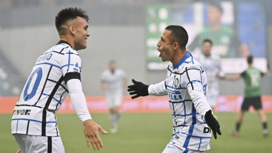 Lautaro Martínez festeja junto a alexis Sánchez, autor del primer gol de Inter, que ahora es escolta.