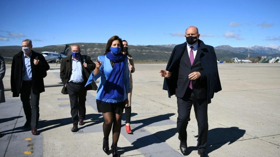 La gobernadora Arabela Carreras recibió a su par santafesino Omar Perotti en el aeropuerto de Bariloche. Foto: Gentileza