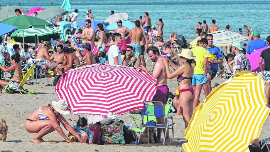 Las playas de Las Grutas mostraron una visible concurrencia el fin de semana largo. Foto: Martín Brunella.