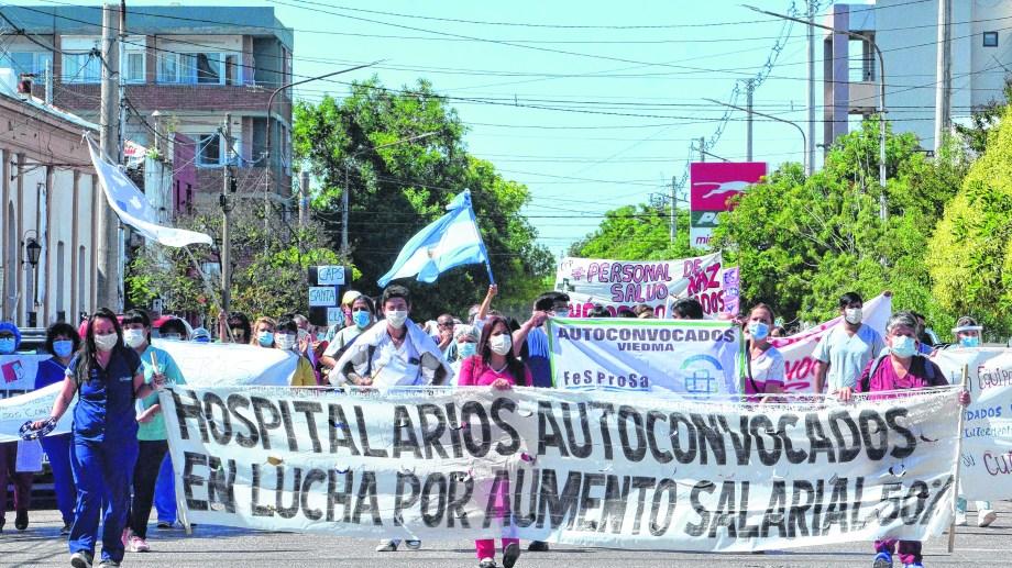 Los trabajadores de Viedma se movilizaron y fueron recibidos por el intendente Pesatti. Todo un gesto dentro del oficialismo rionegrino. (Foto: Marcelo Ochoa)