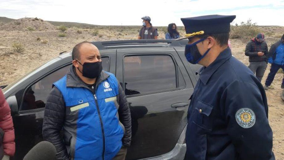 El colaborador gremial, Mario Pichimán, dialoga con la policía sobre la medida. Foto: José Mellado.