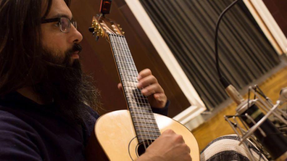 """Juan Burton juega con la música en """"El mundo de los hilos""""."""