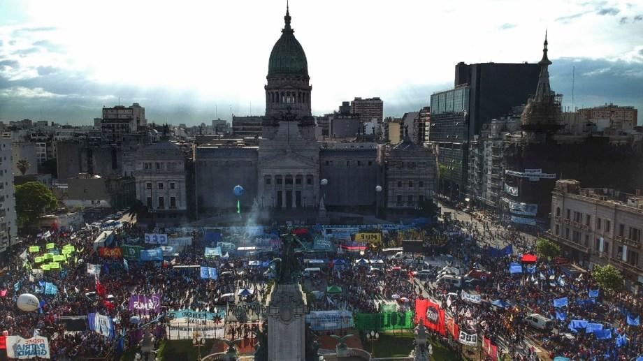 Miles de personas están frene a la plaza del Congreso.