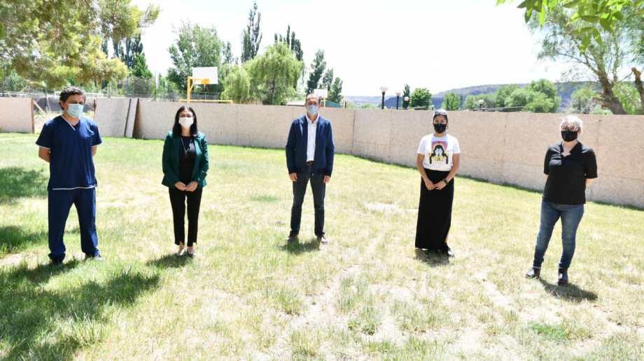 Gutiérrez y Peve se reunieron con la intendenta de Rincón de los Sauces, Norma Sepúlveda, para anunciar que se aprobaron los fondos para terminar el hospital. (Gentileza).-