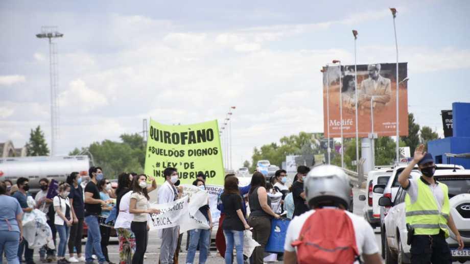 Los trabajadores que no se sienten representados por ATE ni por UPCN llevaron sus reclamos a la zona de los puentes. (Foto: Florencia Salto)