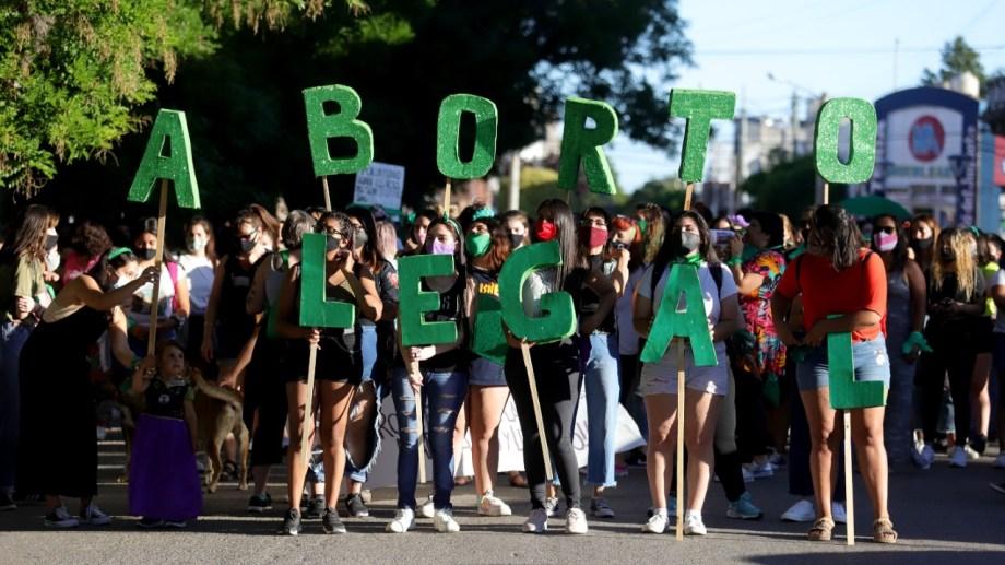 La marcha en Viedma pasó frente a los edificios provinciales, la Justicia y la Catedral. Foto: Marcelo Ochoa.