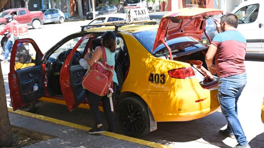 El movimiento comercial es el que caracteriza la actividad de la tarde. de taxis y remises (foto Florencia Salto)