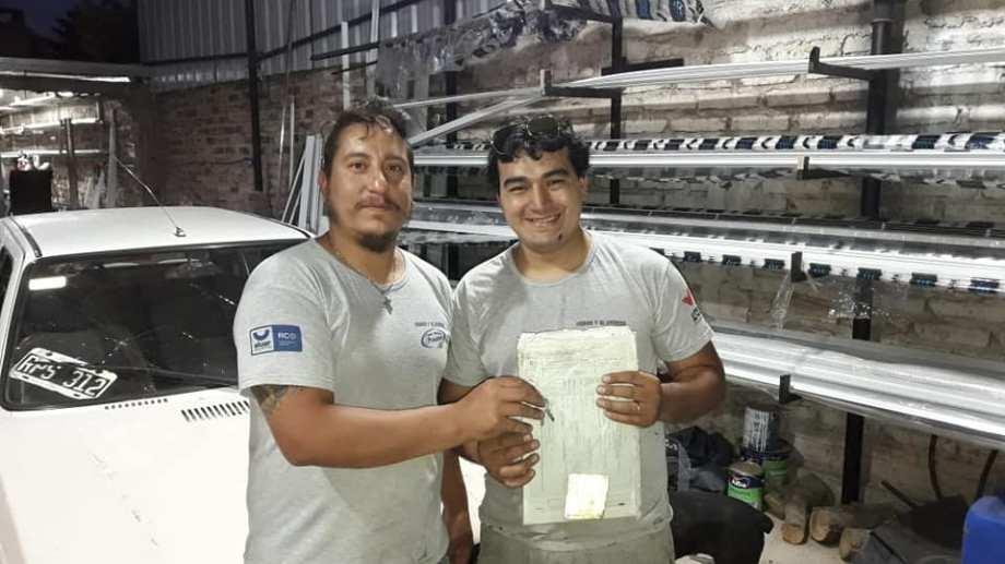 Eduardo Fonseca le regalóun auto a su empleado Franco, por su gran desempeño a lo largo de cinco años. (Foto: Gentileza).