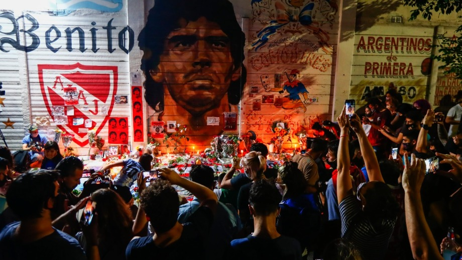 El país llora a su máximo ídolo y lo despide con concentraciones en distintos puntos como La Paternal. Foto:  AP.