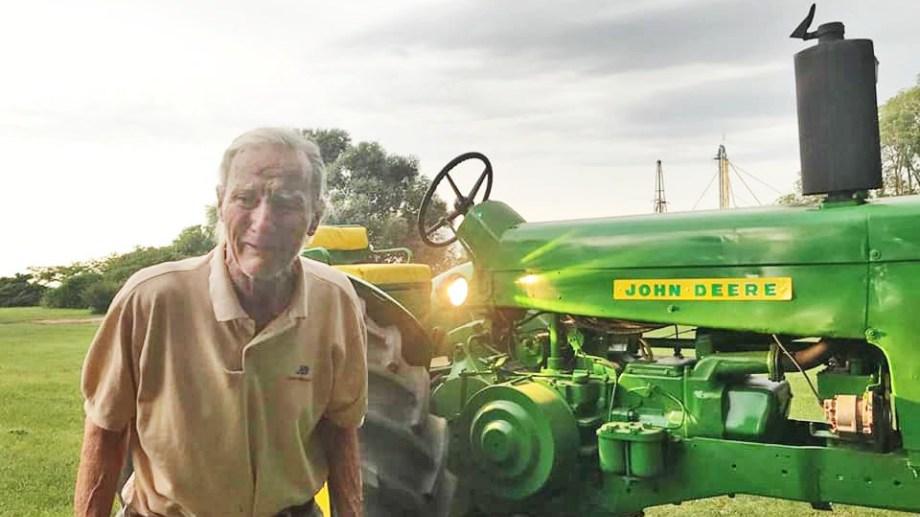 La emoción de don Pedro Tomás Bovetti, de 91 años, al ver a su viejo tractor restaurado. Ocurrió el último viernes en Alejandro Roca, 280 km al sur de Córdoba capital.