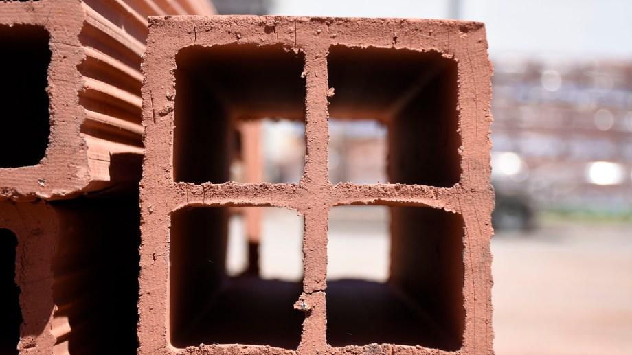 Los ladrillos huecos son uno de los insumos que es difícil conseguir en Río Negro (Florencia Salto)