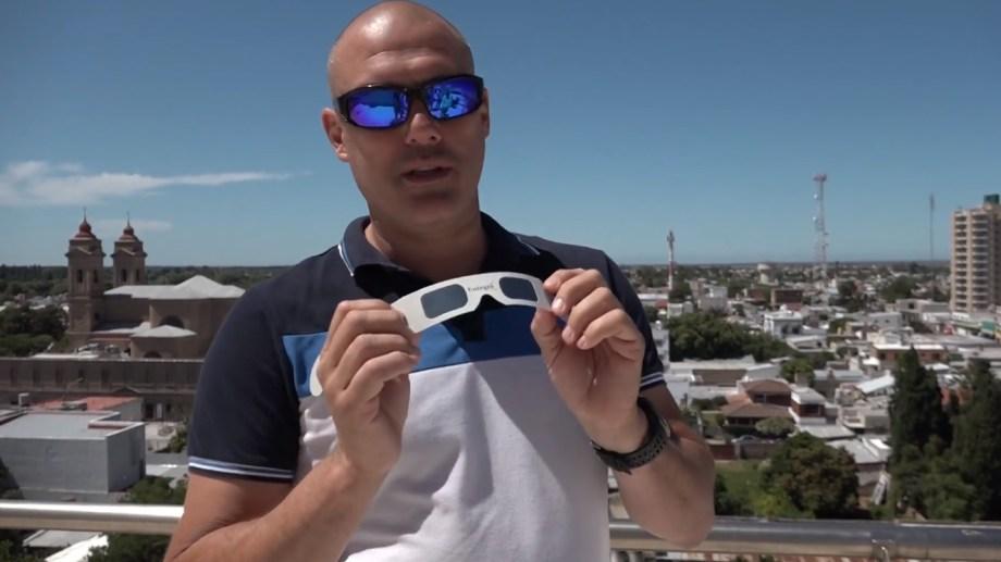 El científico Juan Facundo Albacete enseña sobre cómo utilizar los lentes especiales.
