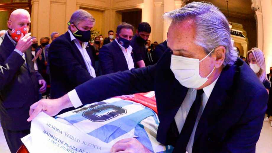 El presidente participó del velorio de Maradona.