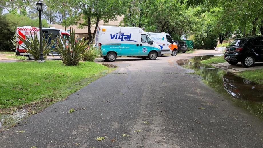 Las ambulancias que llegaron al barrio privado San Andrés.