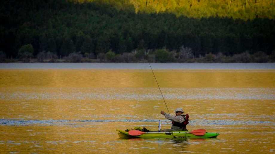 La pesca es una de las actividades permitidas en San Martín de los Andes. Foto: Patricio Rodriguez
